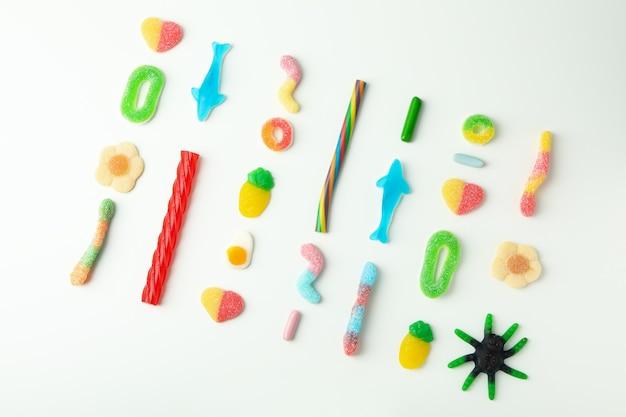 Gummy snoepjes op witte achtergrond, bovenaanzicht.