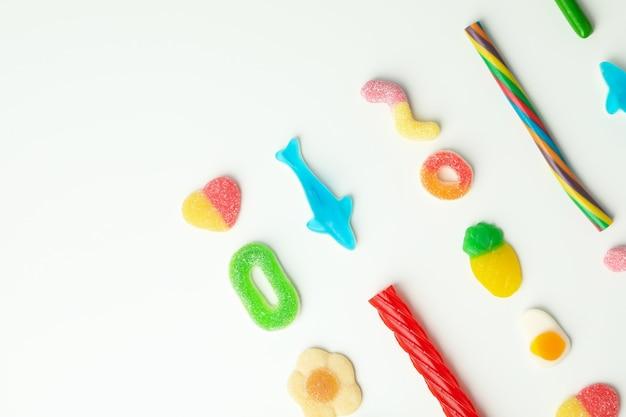 Gummy snoepjes op witte achtergrond, ruimte voor tekst.