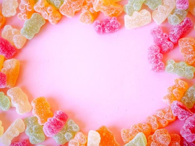 Gummyberen met kopie ruimte, roze achtergrond