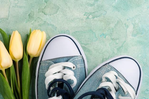Gumshoes, tulpen op beton