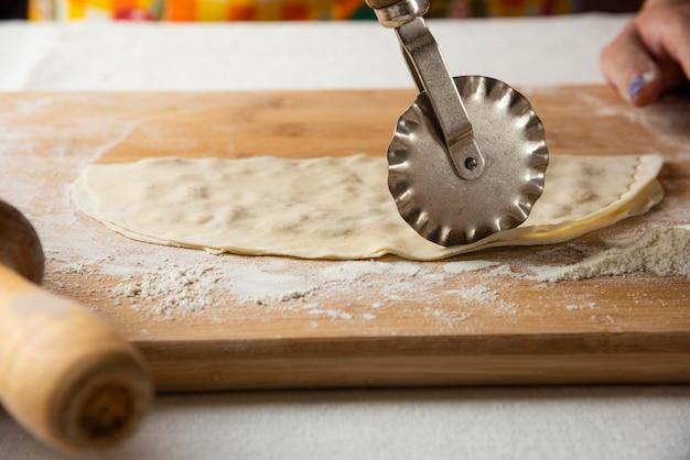 Gutab maken op een houten bord. nationale keuken van azerbeidzjan.