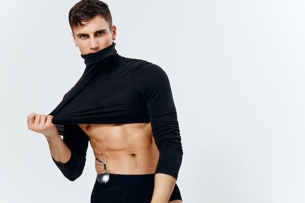 Guy atleet met een opgepompte torso in een korte trui model portret onderbroek