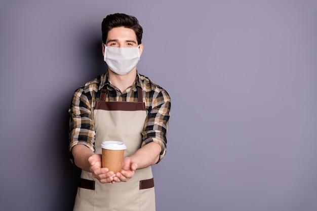 Guy barista draagt een veiligheidsmasker en geeft afhaalmaaltijden drank stop infectie besmettingsmaatregelen