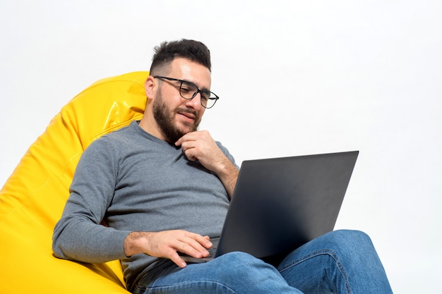 Guy denkt tijdens het werk aan iets