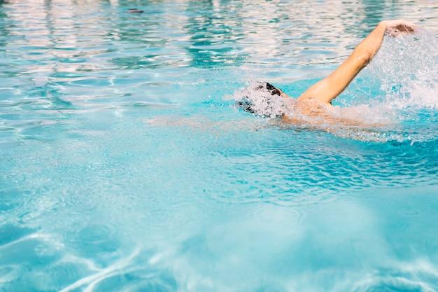 Guy doet voorwaarts kruipen zwemmen