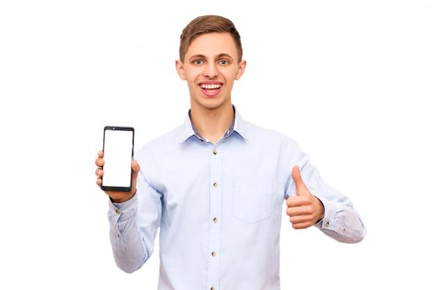 Guy in shirt adverteert telefoon, isolaat, emotionele man