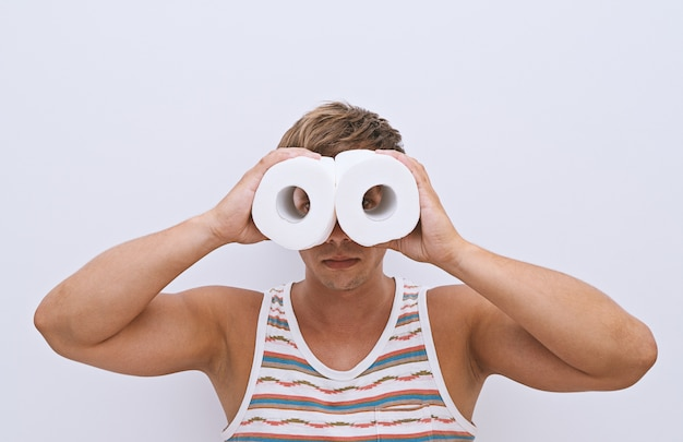 Guy kijkt naar een geïmproviseerde verrekijker