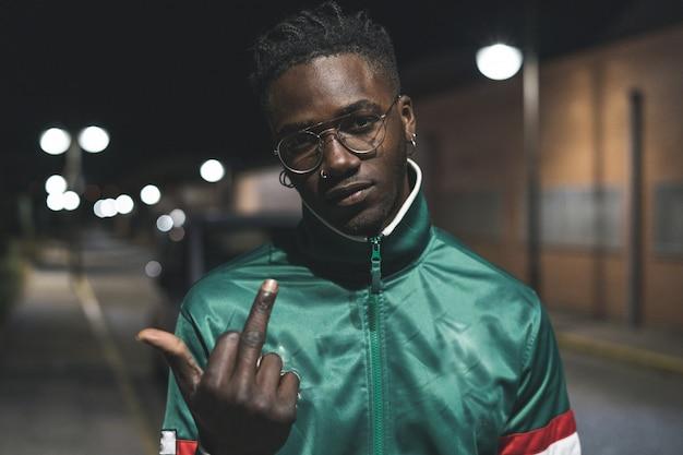 Guy knappe afro-amerikaanse zwarte gebaar middelvinger