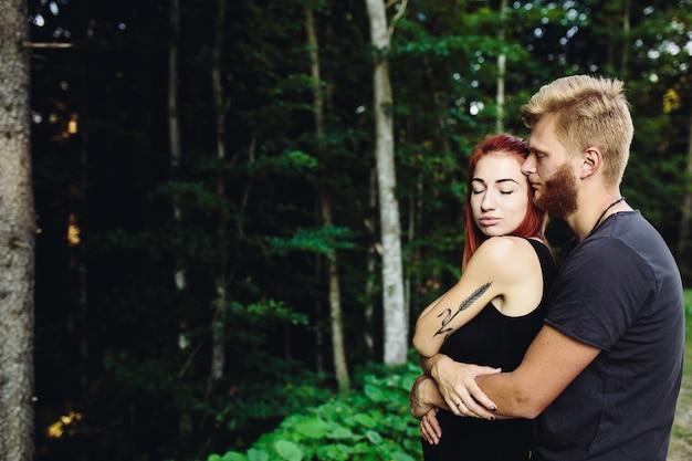 Guy knuffelt zijn vriendin vanaf de achterkant