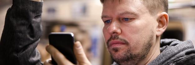 Guy leest vanaf smartphone in het openbaar vervoer. nauwkeurige locatie met kaartapplicatie. openbaar vervoer applicatie. communicatie via instant messengers