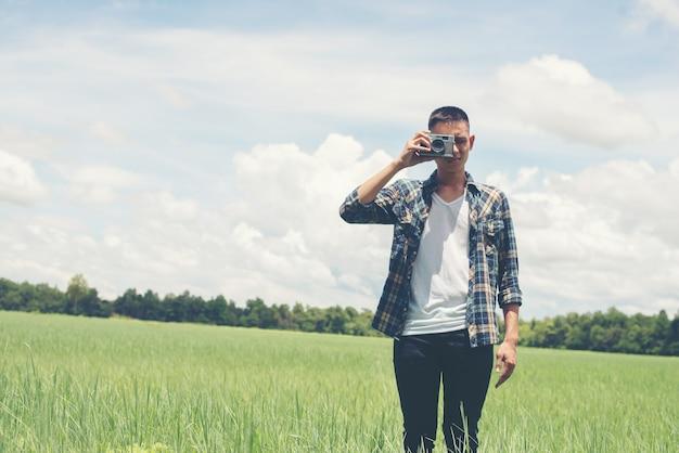 Guy nemen van een foto met de natuur achtergrond