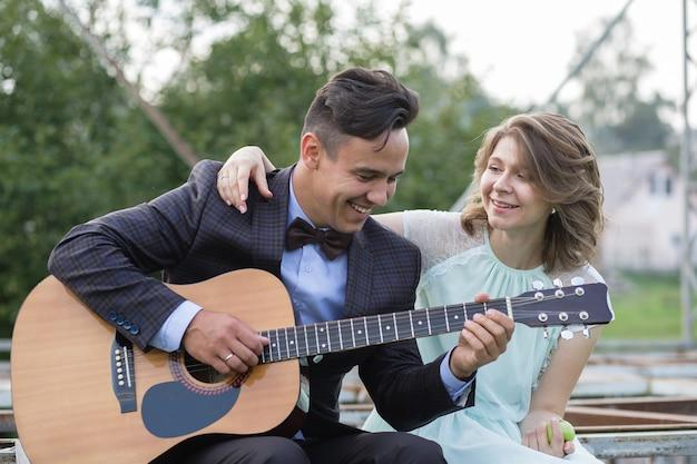 Guy speelt gitaar voor een meisje