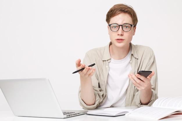 Guy student zit aan de tafel