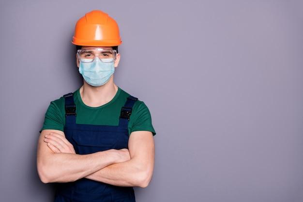 Guy workman draagt veiligheidsbeschermende masker bril mers infectiepreventie gevouwen armen