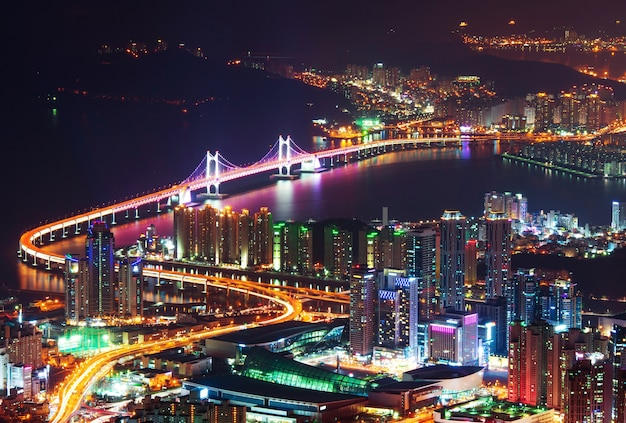 Gwangan bridge en haeundae 's nachts in busan, korea
