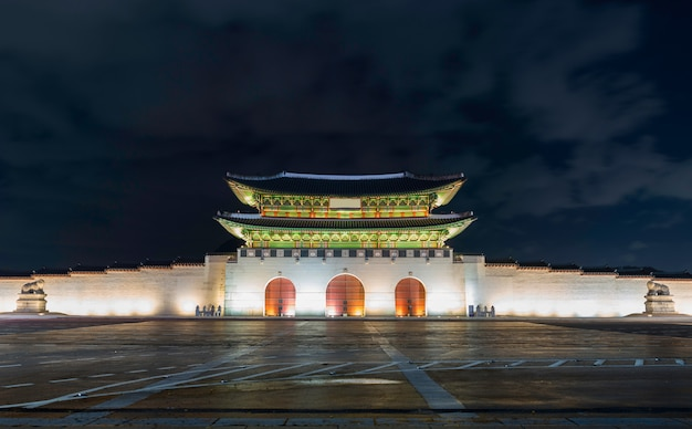 Gwanghwamunpoort bij geyongbokgung-paleis in seoel bij nacht, zuid-korea.