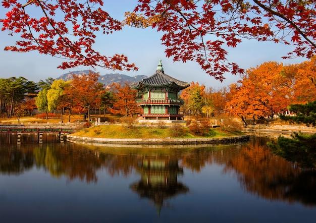 Gyeongbokgung palace in de herfst in seoul, zuid-korea.