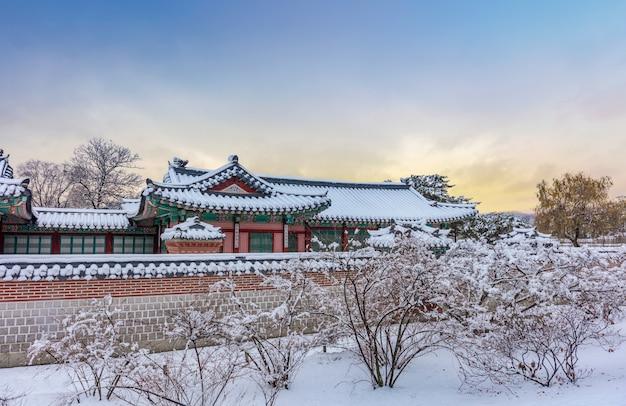 Gyeongbokgung palace in de winter seoel, zuid-korea.