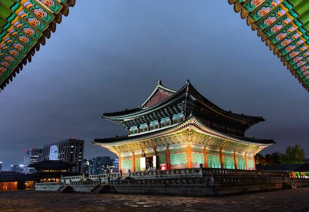 Gyeongbokgung palace 's nachts in seoel, zuid-korea.