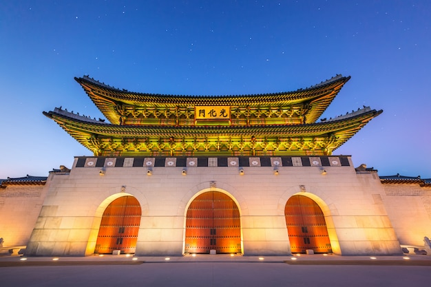Gyeongbokgung palace, voorzijde van palace gate in het centrum van seoul, zuid-korea. naam van het paleis 'gyeongbokgung'