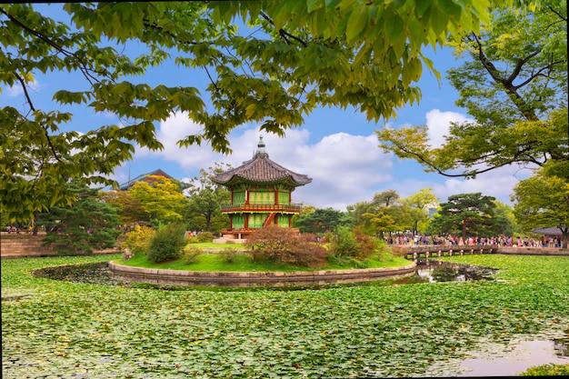 Gyeongbokgung paleis, hyangwonjeong pavilion, seoul zuid-korea Premium Foto