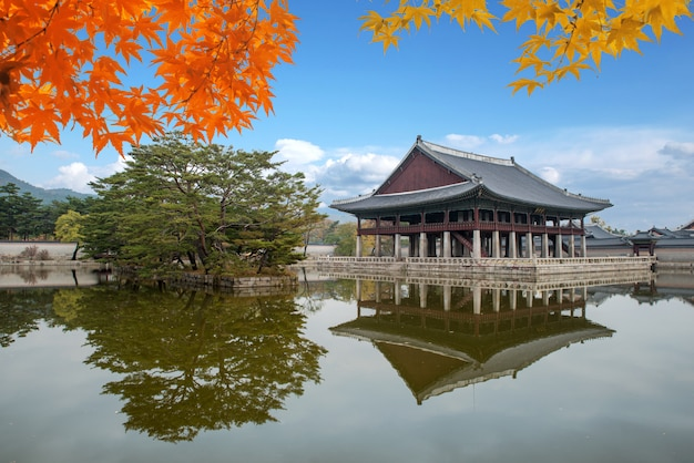 Gyeongbokgungpaleis in de herfst in seoel, zuid-korea.
