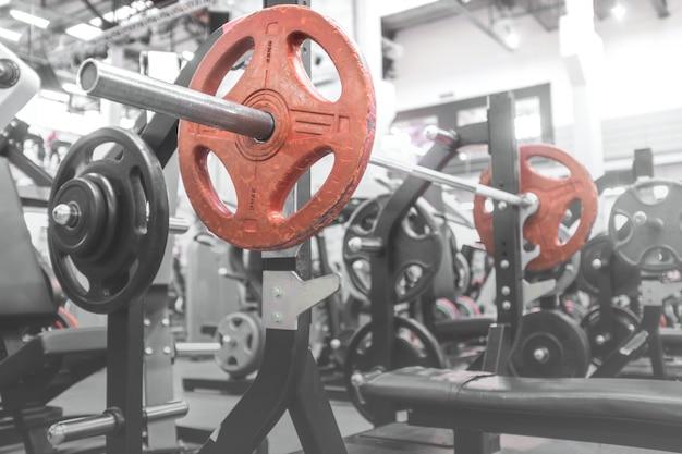 Gym barbell op de bank voor de bankdrukken