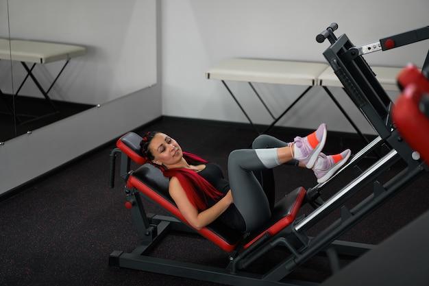 Gym vrouw been persmachine