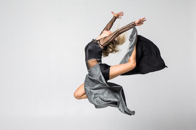 Gymnastiek professionele atleet presteert met geïsoleerde bal