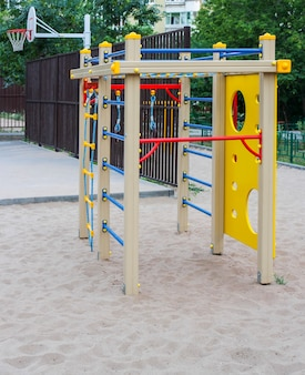 Gymnastiekapparatuur voor kinderen op de site in de tuin.