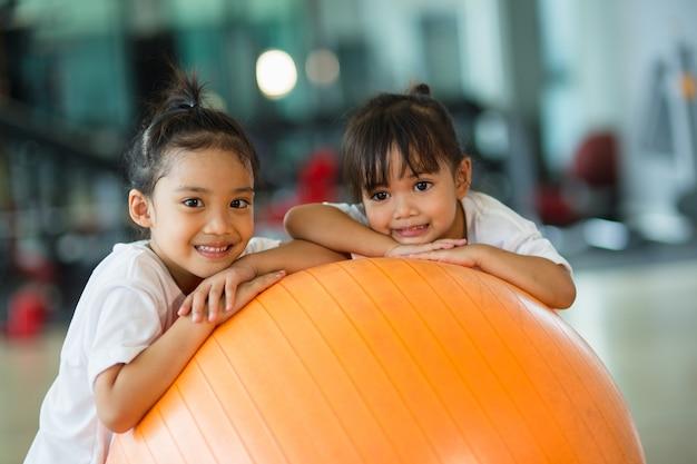 Gymnastiekballen en kinderen erop