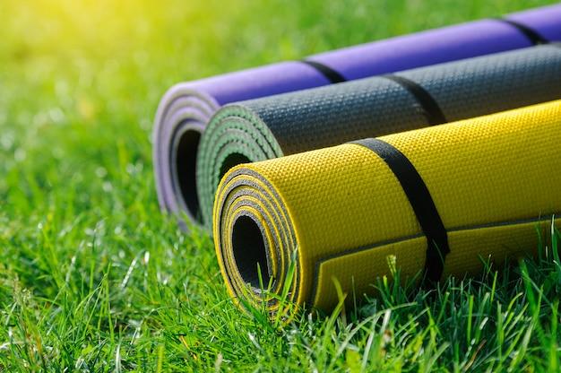 Gymnastiekmatten op het gras