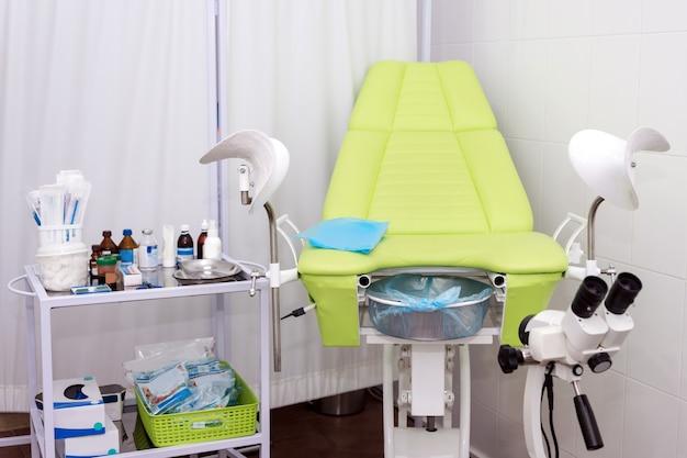 Gynaecologische kast met stoel en andere medische apparatuur in moderne kliniek
