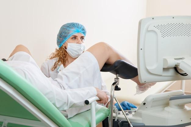 Gynaecoloog behandeling van een patiënt zittend op een gynaecologische stoel