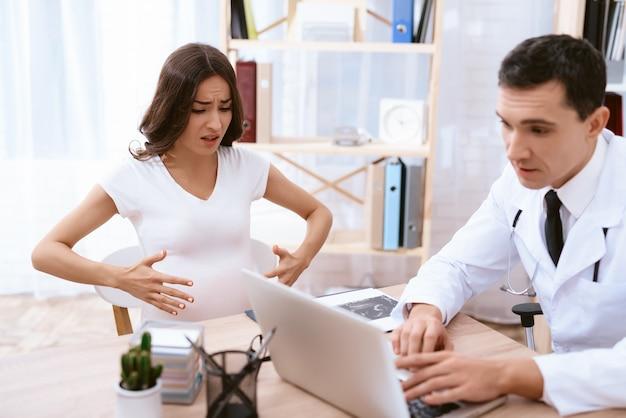 Gynaecoloog die een vrouw in de kliniek adviseert.