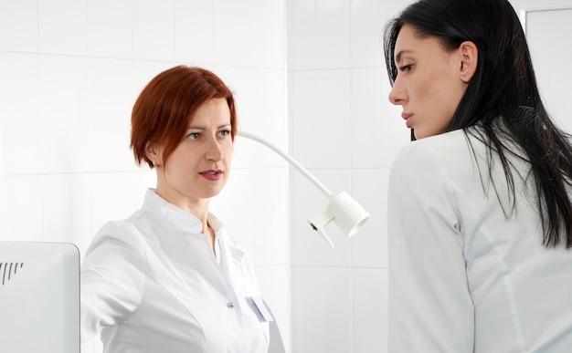 Gynaecoloog klaar om transvaginale echografie met toverstaf te doen en een vrouw te onderzoeken