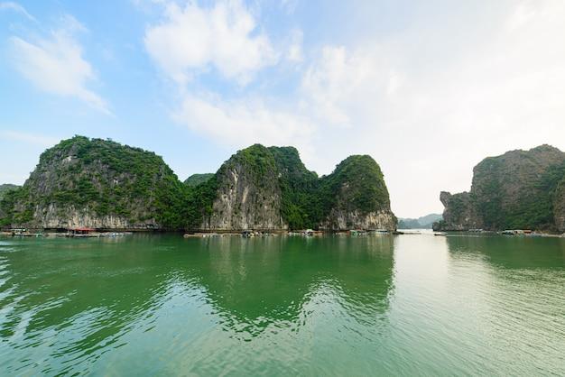 Ha long bay, unieke kalkstenen rotseilanden en bergtoppen in de zee, beroemde bestemming in vietnam