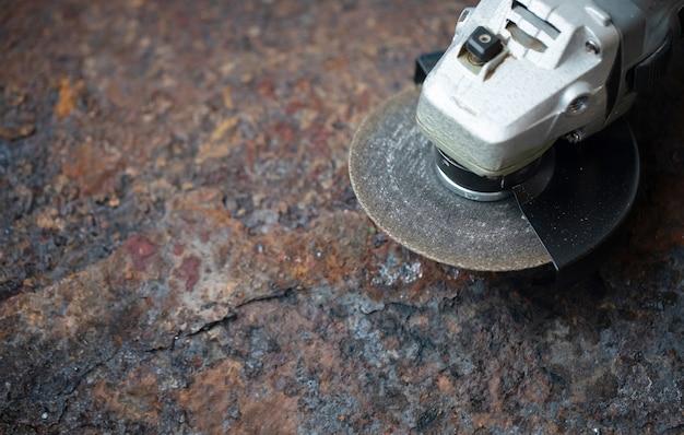 Haakse slijper op metaal