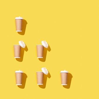 Haal grote papieren beker weg voor koffie