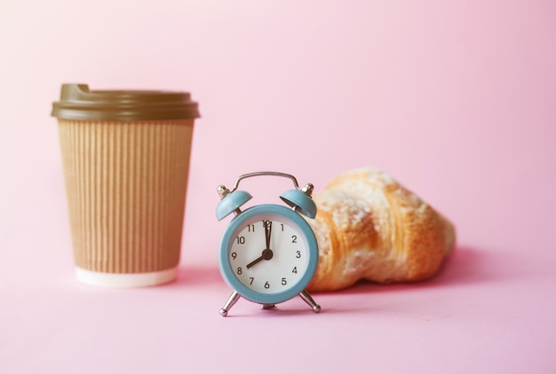 Haal koffie in papieren beker, retro wekker