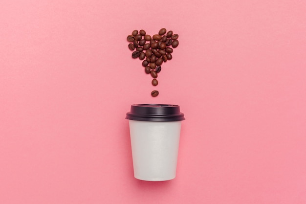 Haal koffiekop op kleurrijke document achtergrond weg