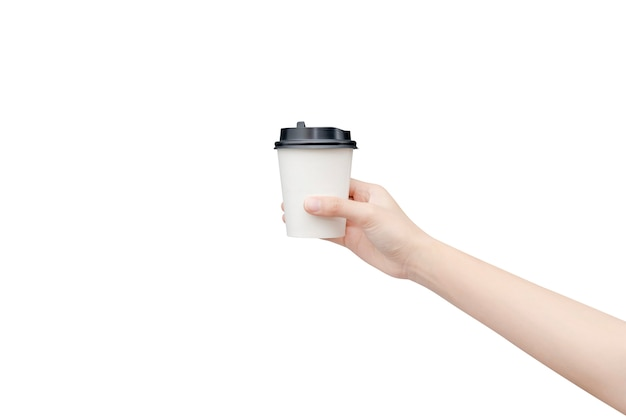 Haal koffiekopje weg. vrouwelijke hand die een koffiedocument kop houdt die op wit met het knippen van weg wordt geïsoleerd.
