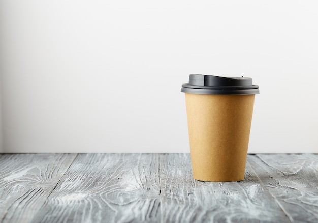Haal papieren koffiekopje op grijze houten achtergrond weg