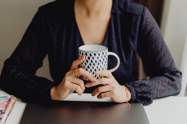 Haar koffie in de ochtend drinken