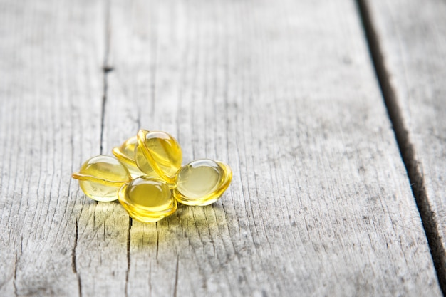 Haar verzorging. vitamine serum capsule op houten achtergrond