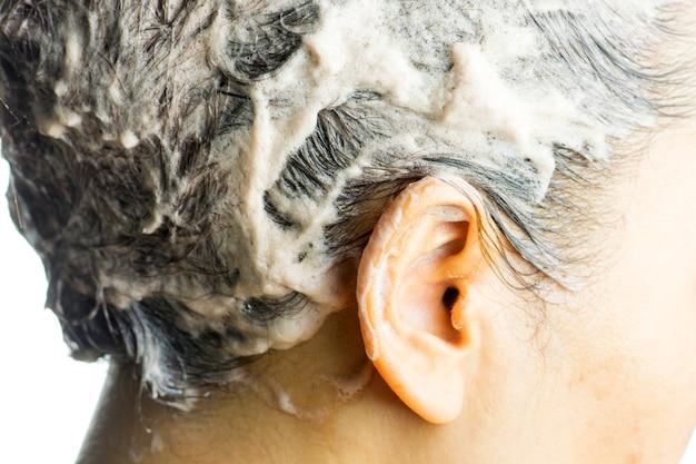 Haarkleuring in behandeling, vrouw krijgt nieuwe haarkleur.
