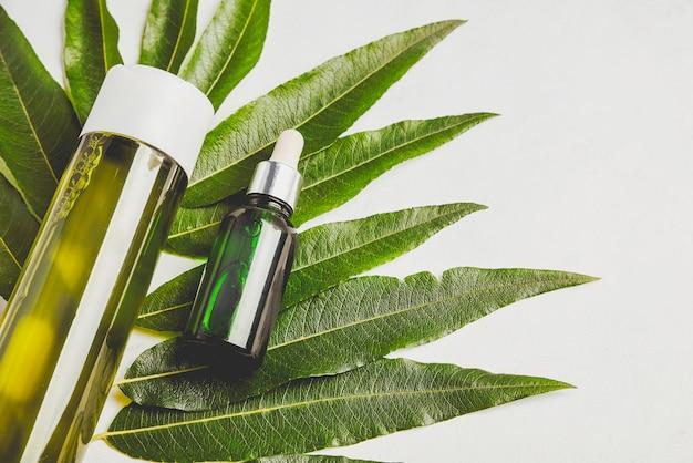 Haarserum en shampoo. natuurlijke verzorging van haar en huid.
