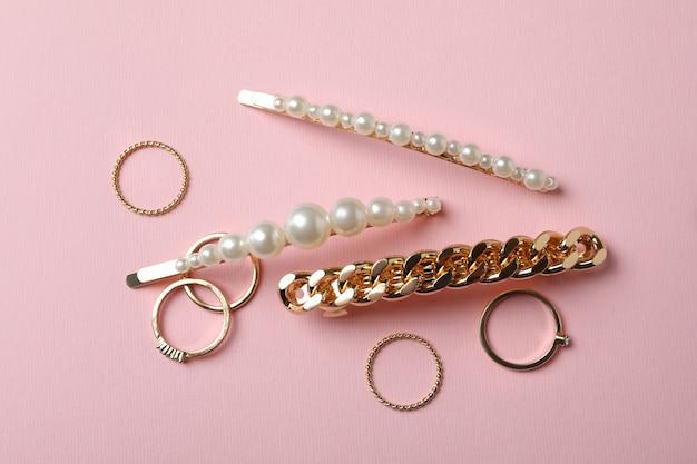 Haarspeldjes en ringen op roze