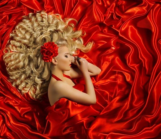 Haarstijl, krullend kapsel voor vrouwen, mannequin lang krullend haar
