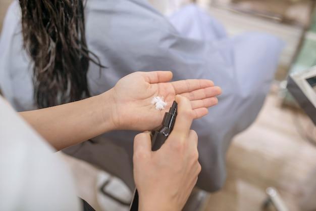 Haarstylen. close-up foto van kapper handen met haarmousse